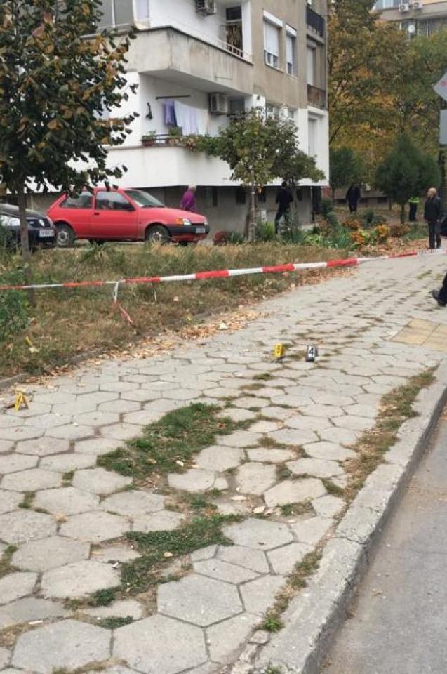 Проговориха шуменските полицаите, нападнати от подивял мъж със сатър! Първи СНИМКИ от окървавеното място