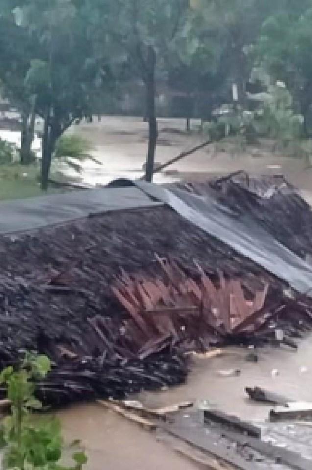 Адът пак слезе в Индонезия: Вулкан изригна и вдигна огромно цунами, което взе много жертви и срина всичко по пътя си (СНИМКИ/ВИДЕО)