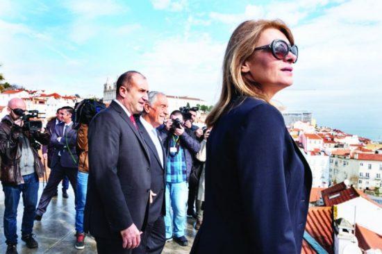 Деси Радева шашна с очила като на Тереза Мей (Вижте скъпарските й аксесоари)