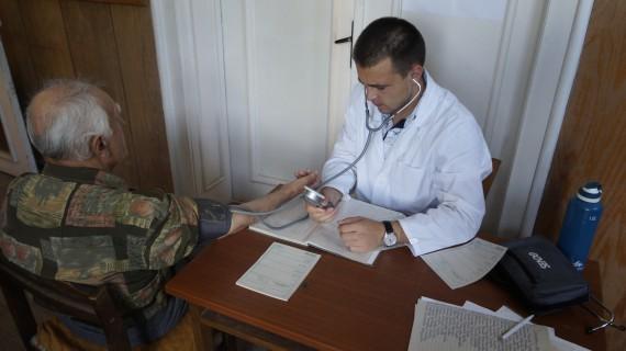 Нека го подкрепим! Наскоро дипломиран лекар обикаля селата и лекува  безплатно хората | TRG.BG
