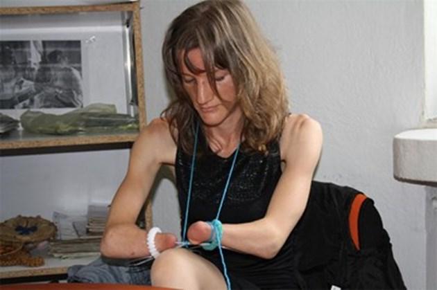 За пример: Борбено момиче от Родопите бродира без ръце