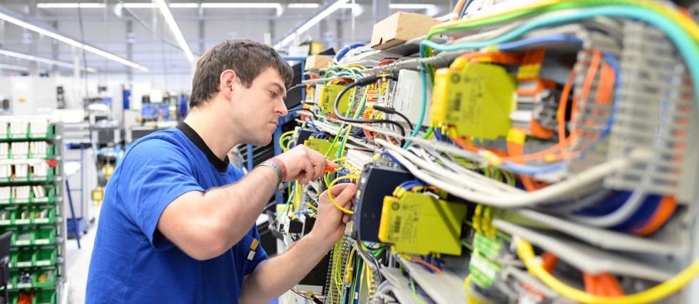 Montage durch Facharbeiter in einer Hightech Fabrik