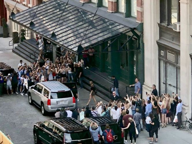 Tribeca Citizen In The News Crowds Waiting For Taylor