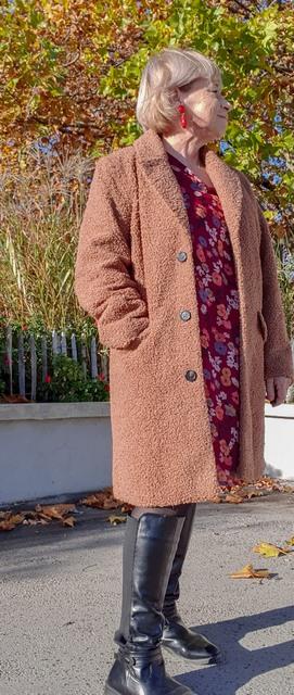 manteau bouclette blanche-porte