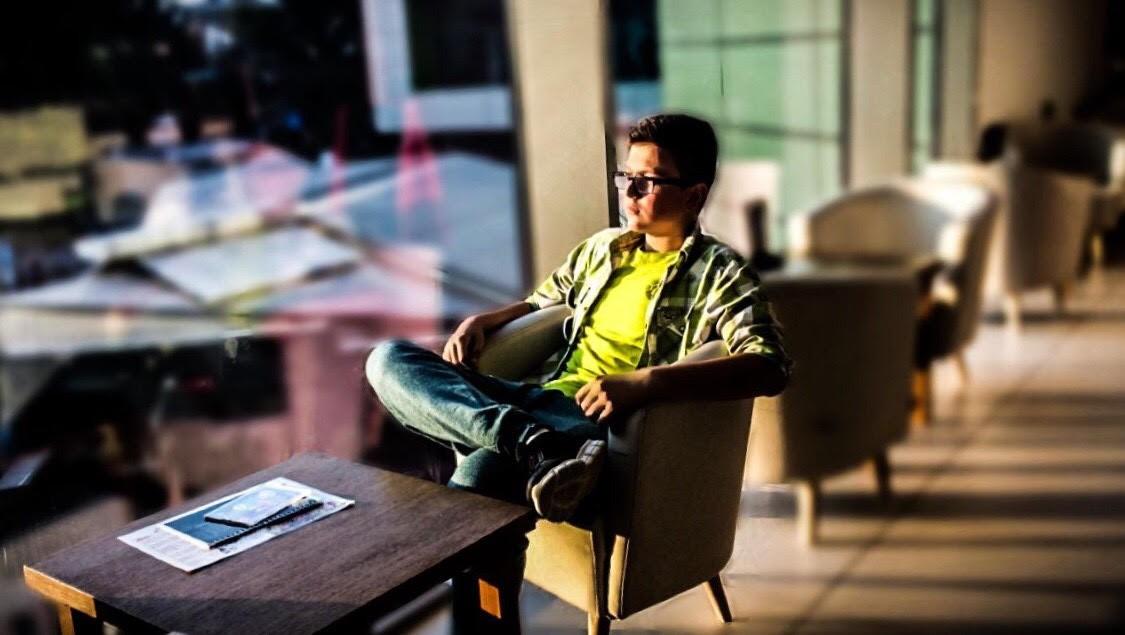 Знае да зборува 7 јазици и уредува блогови: интервју со талентираниот Емрах Јусуфоски