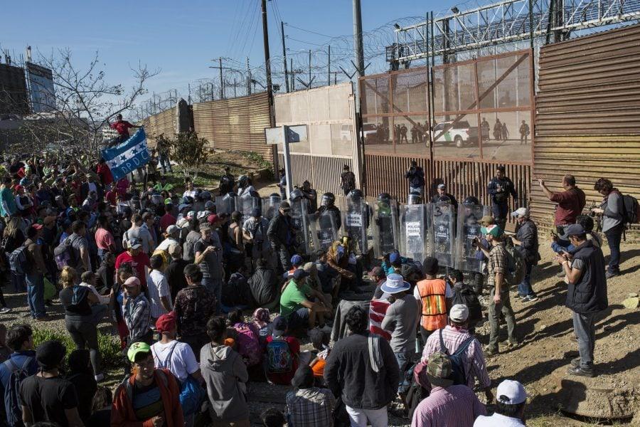 Mexicul îi va deporta pe toți cei 500 de imigranți care au asaltat violent granița SUA