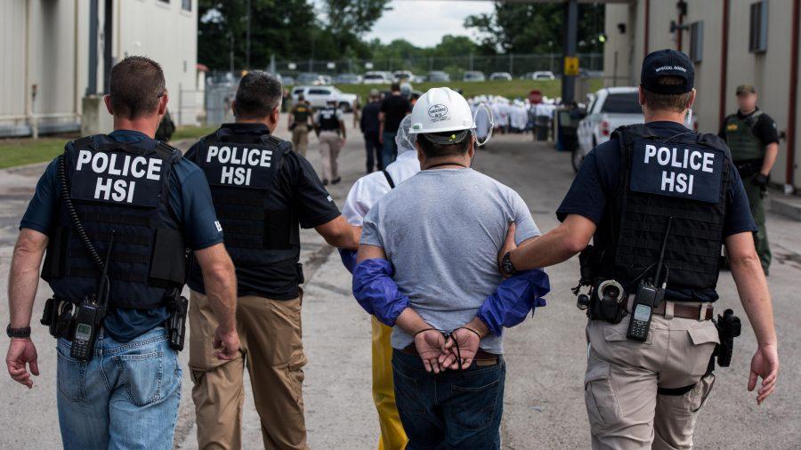 """Raport ICE 2018: 256.085 de expulzări ale imigranților ilegali, 42 de expulzări ale persoanelor """"identificate sau suspectate"""" ca teroriști"""