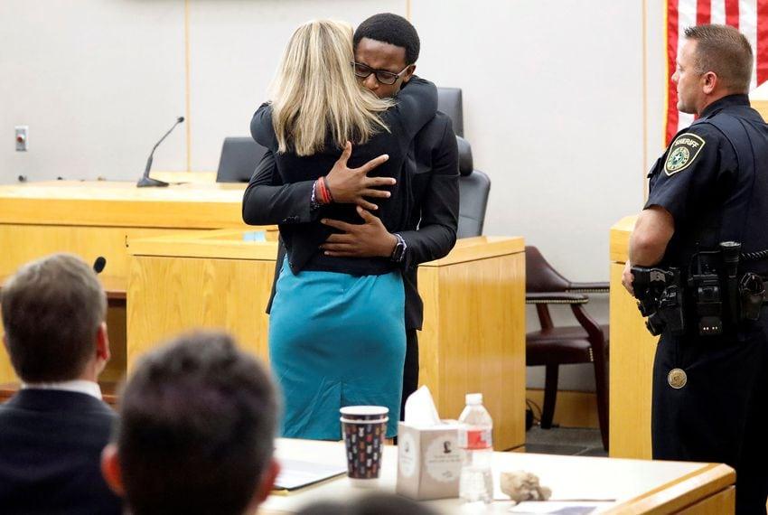 Emoționant: (video) Un tânăr creștin o iartă pe femeia polițist care i-a ucis fratele și o îmbrățișează