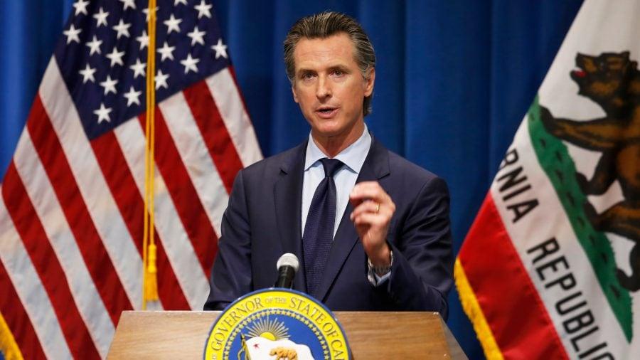 California: Guvernatorul Newsom nu a închis doar bisericile, a interzis și întâlnirile din case