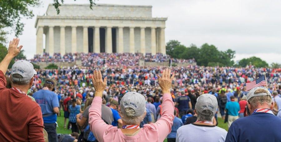 """""""Întoarcerea"""" și Marșul de Rugăciune scaldă Washington în rugăciune și pocăință"""