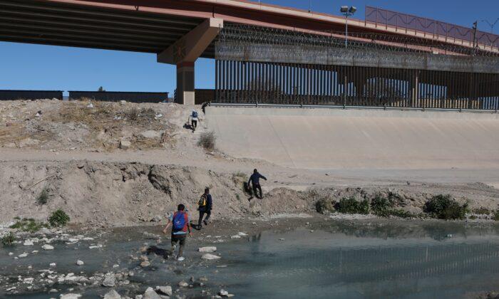 Texas: Peste 101.500 de traversări ilegale ale frontierei în februarie