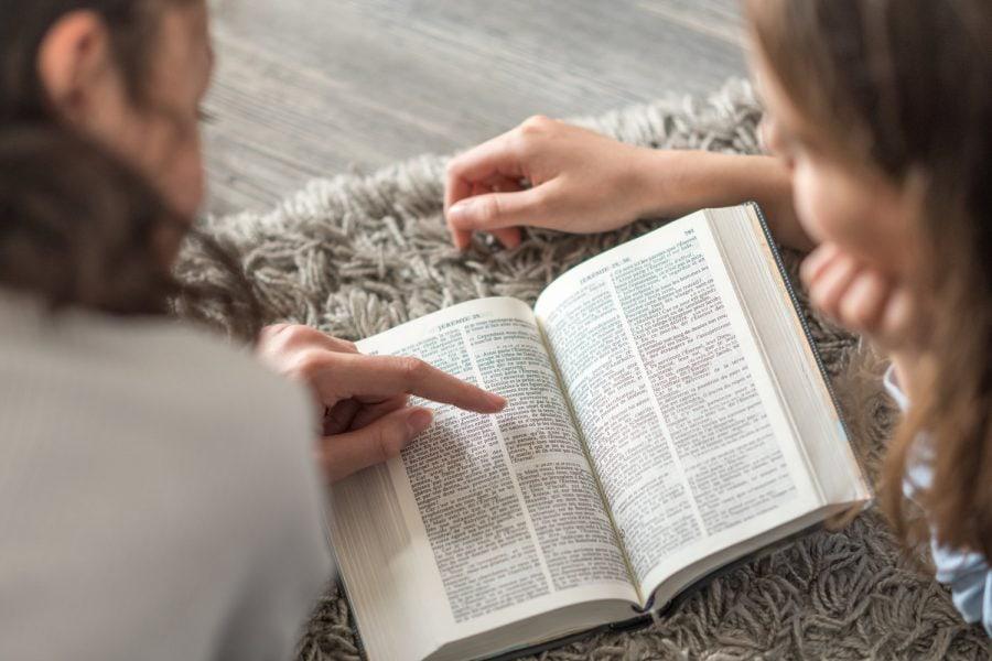 Dependent de Dumnezeu și de gramatică