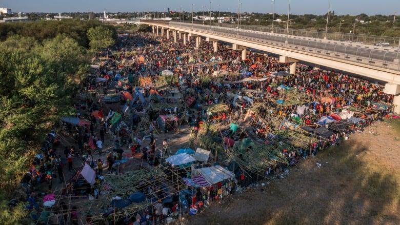 """Guv. Abbott închide puncte de trecere a frontierei: """"Caravanele"""" de imigranți ilegali """"ne invadează statul"""""""
