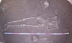 Enterrament en sepulcre de fossa del neolític mig (UF-2) del jaciment de Can Arnella (Terrassa) (Foto: Roser Pou, Àtics SL