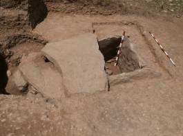 4. La cista complerta al concloure l'excavació. Fotografia: J. M. Espejo Blanco
