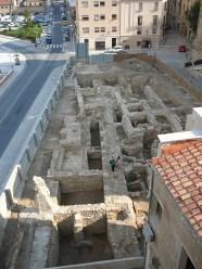 1. Vista de la intervenció des de la teulada del Palau del Bisbe. La muralla romana situada a l'eix central de la imatge