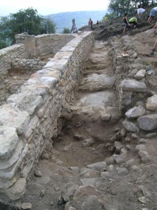 Església de Sta. Cecília dels Altimiris. A la dreta es veu el passadís amb el marxapeu on hi havia una porta d'accés i les edificacions annexes del costat sud