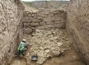 Detall dels treballs d'excavació de l'enderroc del mur de l'escarpa del fossat al sector nord-oest del Puig de Sant Andreu