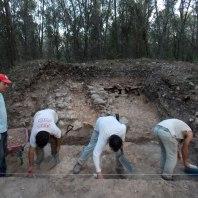 Treballs al sondeig 2 al fons s'oberven els potents murs d'alguna fortificació complexa del segle VII aC.