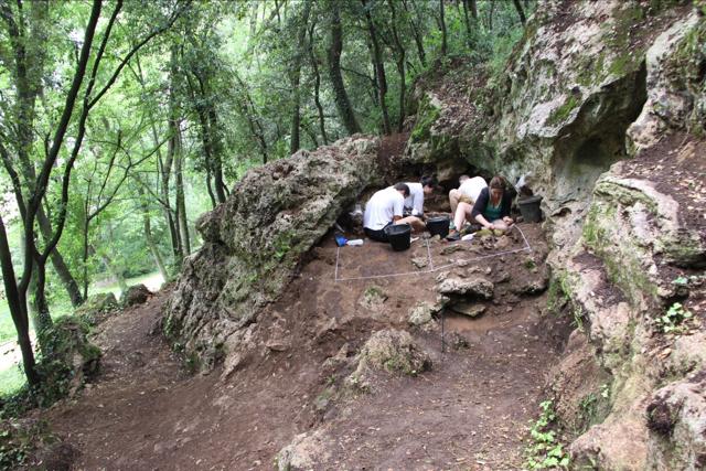 Treballs arqueològics a la Cova Mollet III (Serinyà, Pla de l'Estany)