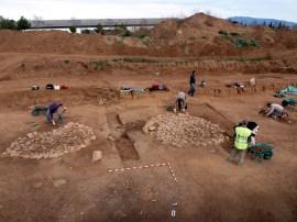 2-Treballs d'excavació arqueològica al poblat neolític de Ca l'Estrada-2 amb les cabanes circulars amb solera de pedra i els forns amb troncs carbonitzats i graella de còdols (autor: Jordi Roig-Arrago, 2016).