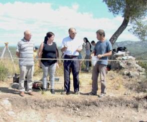 Alberto López Mullor, 3r per l'esquerra, en una visita a les excavacions fetes al Castell Vell – El Molinot, a Olivella (Garraf), durant un Camp de Treball d'Estiu per a joves organitzat per l'Ajuntament d'Olivella i el Servei de Patrimoni Arquitectònic Local de la Diputació de Barcelona en juliol de 2014
