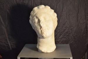 Vista frontal del cap de marbre, probablement pertany a una divinitat relacionada amb les aigües, trobat a Caldes de Montbui (Vallès Oriental)