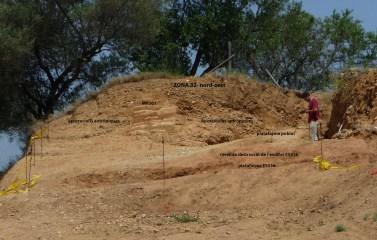 1. Secció frontal del tell que cobreix l'angle nord-oest del Camp de Dalt. Detall d'un mur de tovots o pans d'argila en procés (foto. Marcel Solé).