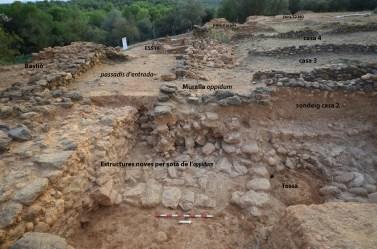 2. Vista presa des de l'est dels tres fronts de treball: el bastió de l'oppidum a l'esquerra; davant les troballes recents sota l'oppidum i al fons a la dreta la zona 32 amb les restes descobertes dins el tell nord-oest (Foto Marcel Solé).