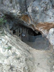 4. Vista frontal de l'entrada a la Cova Xafarroques des de la passarel·la d'accés. (Font: SAPPO-UAB)