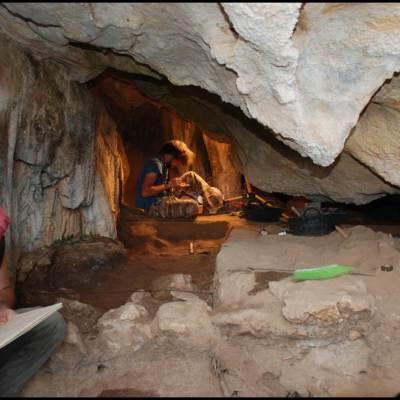 5. Procés d'excavació i documentació de la Cova Xafarroques (Benifallet) durant la intervenció arqueològica del 2016 (Font: SAPPO-UAB)
