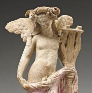 Exposició Músiques a l'antiguitat. Figureta: Eros tocant la cítara, finals del segle I aC Mirina (Àsia Menor, Turquia). Argila pintada.