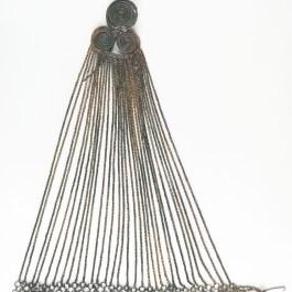 1. Agulla pectoral amb cadenes. Imatge: Centre de Restauració de Béns Mobles de Catalunya, fotògraf: Ramon Maroto