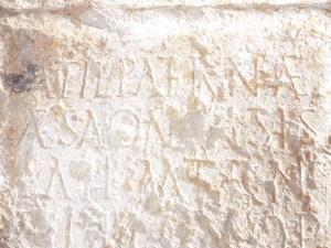 5. Detall de la inscripció a la part exterior de l'església. Es pot llegir com a part de la inscripció el terme aesonensis. Fotografia: Servei d'Arqueologia i Paleontologia