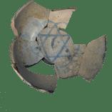 """6. Bol ceràmic amb l'estrella de Davidq aparegut a l'anomenada """"casa del Pogrom"""" del call jueu de Lleida. Fotografia: Arxiu Arqueològic de l'Ajuntament de Lleida"""