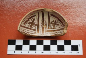 8. Escudella de reflexos metal·lics trobada al castell de Segur. Fotografia: Eduard Píriz