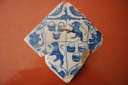4. Rajola amb l'escut de la familia Calders trobada al castell de Segur. Fotografia: Eduard Píriz
