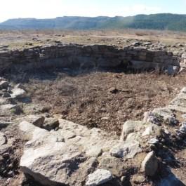 Vistes de les restes de la cisterna del jaciment de Castellvell (Olius, Solsonès). Fotografia: SAP