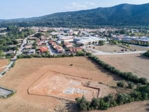 Vista de la vil·la romana de Can Ring, amb el poble de Besalú al fons. Fotografia: Dani Baños