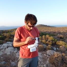3. Control remoto del dron para la captación de imágenes del territorio de la ciudad minoica de Palaikastro. Fotografia: Alexandra Livarda