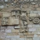 2. Detall d'alguns dels elements escultòrics reaprofitats a la zona central del pont. Fotografia: Josep Maria Vila