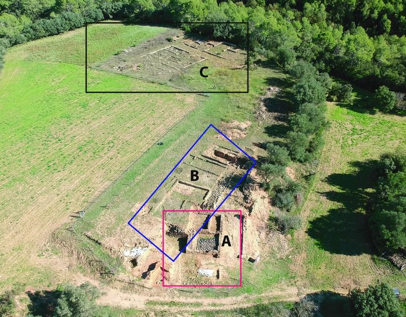 1. Vista general del jaciment: A) edifici senyorial; B) poblat ibèric fortificat; C) establiment agrari
