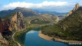 Vista del jaciment de la Roca dels Bous al cingle de la Cascalda i el riu Segre