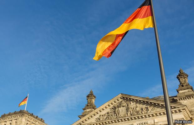 20151127-german-flag-reichstag