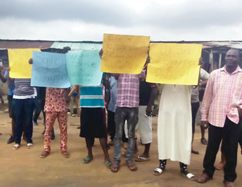 Ibafo residents protesting another militant attack on their community, on Monday. PHOTO: Opeyemi Owoaseye.