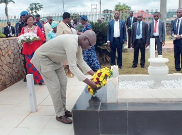 Dr Kolapo Olusola laying a wreath at the Cenotaph of the Late Lt. Col. Adekunle Fajuyi during one of the events marking the 50th Remembrance Anniversary at Fajuyi Park in Ado Ekiti