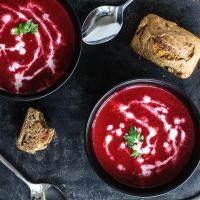 aus dem thermomix: vegane rote beete suppe und dinkelvollkornbrötchen