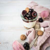 sommerliches schichtdessert im glas: amaretti, ricotta-vanille-crème, balsamico-portwein kirschen