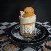 schichtdessert im glas mit ziegenfrischkäsecreme, französischen butterkeksen, salzkaramell & kardamom orangen