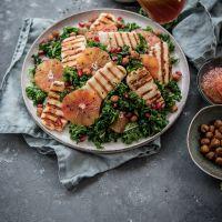 Grünkohlsalat mit Blutorangendressing, gerösteten Kichererbsen, Granatapfel und gegrilltem Halloumi